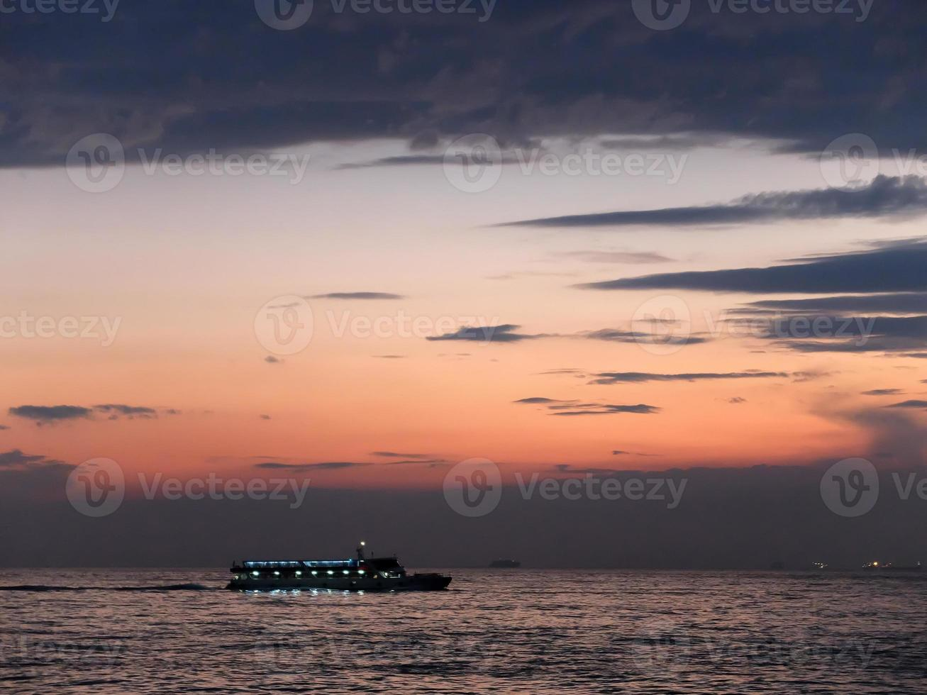 istanbul färja seglar in till bosphorus havet, istanbul, kalkon foto