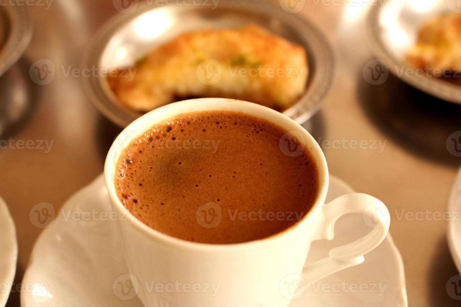 färskt bryggt turkiskt kaffe foto