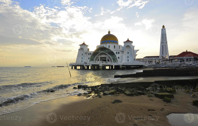majestätisk flytande moské vid malaccasundet under solnedgången foto