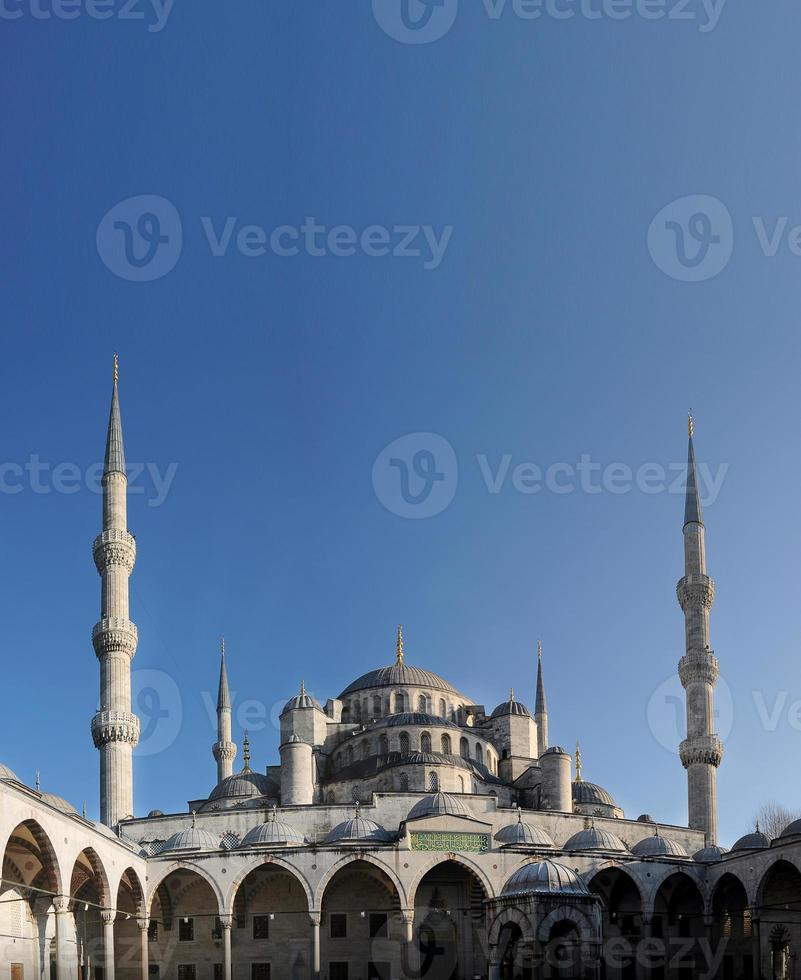 upplyst sultan ahmed moské under den blå timmen foto
