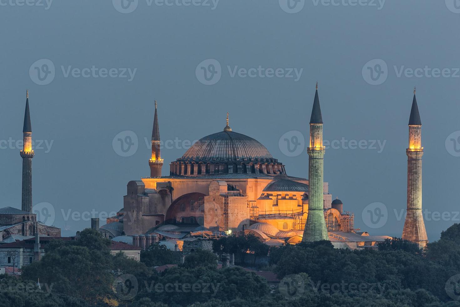 istanbul - hagia sophia upplyst om natten foto