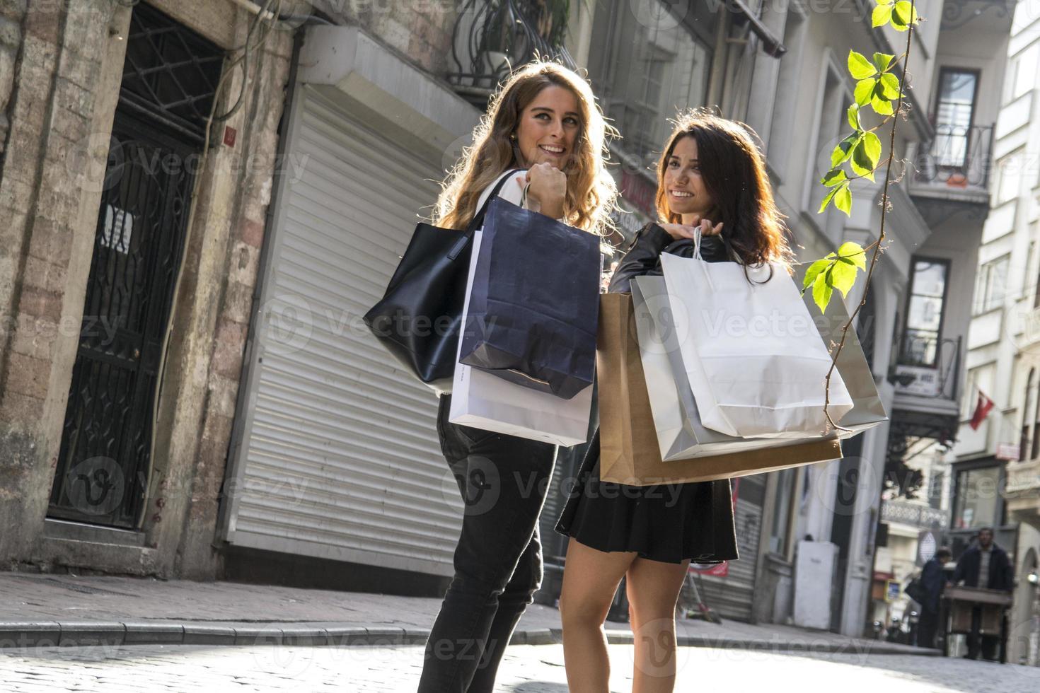 två flickor som shoppar på gatan foto