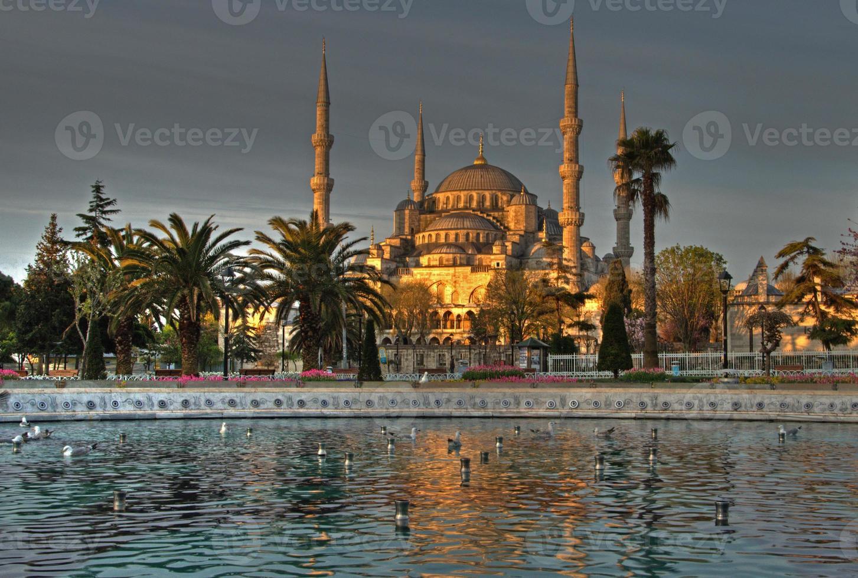 soluppgång och reflektioner vid blå moské foto