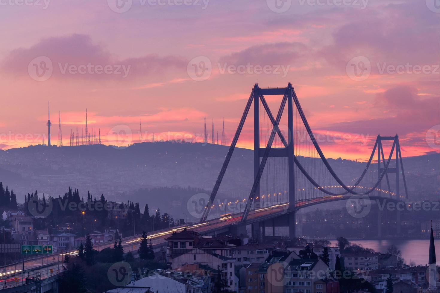 bosphorus bridge och trafik i gryningen foto