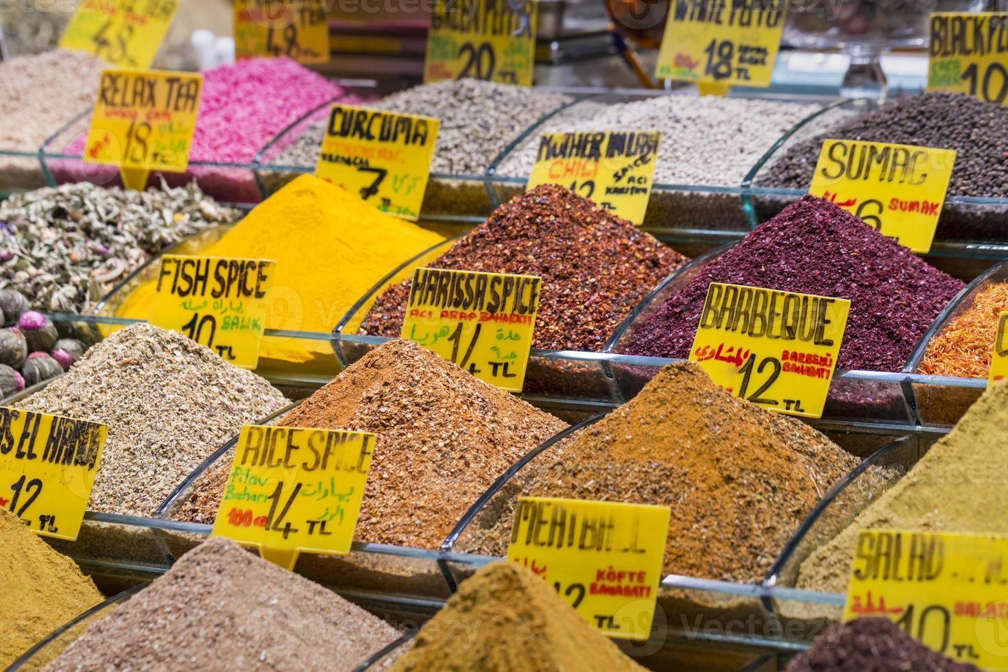 färgglada kryddor på kryddbazaren i istanbul, Turkiet foto
