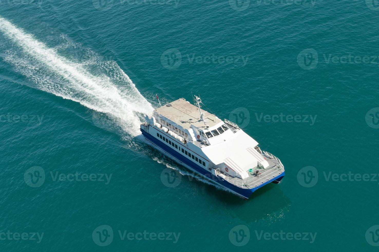 havsfärja och vågor foto