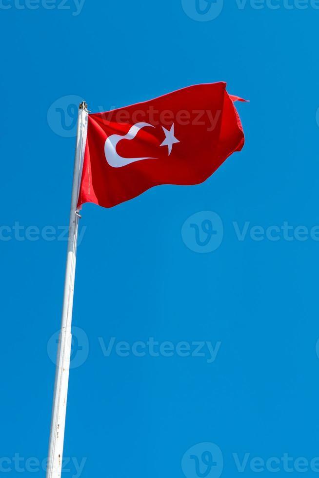 turkisk flagga som vinkar i blå himmel, istanbul, kalkon foto