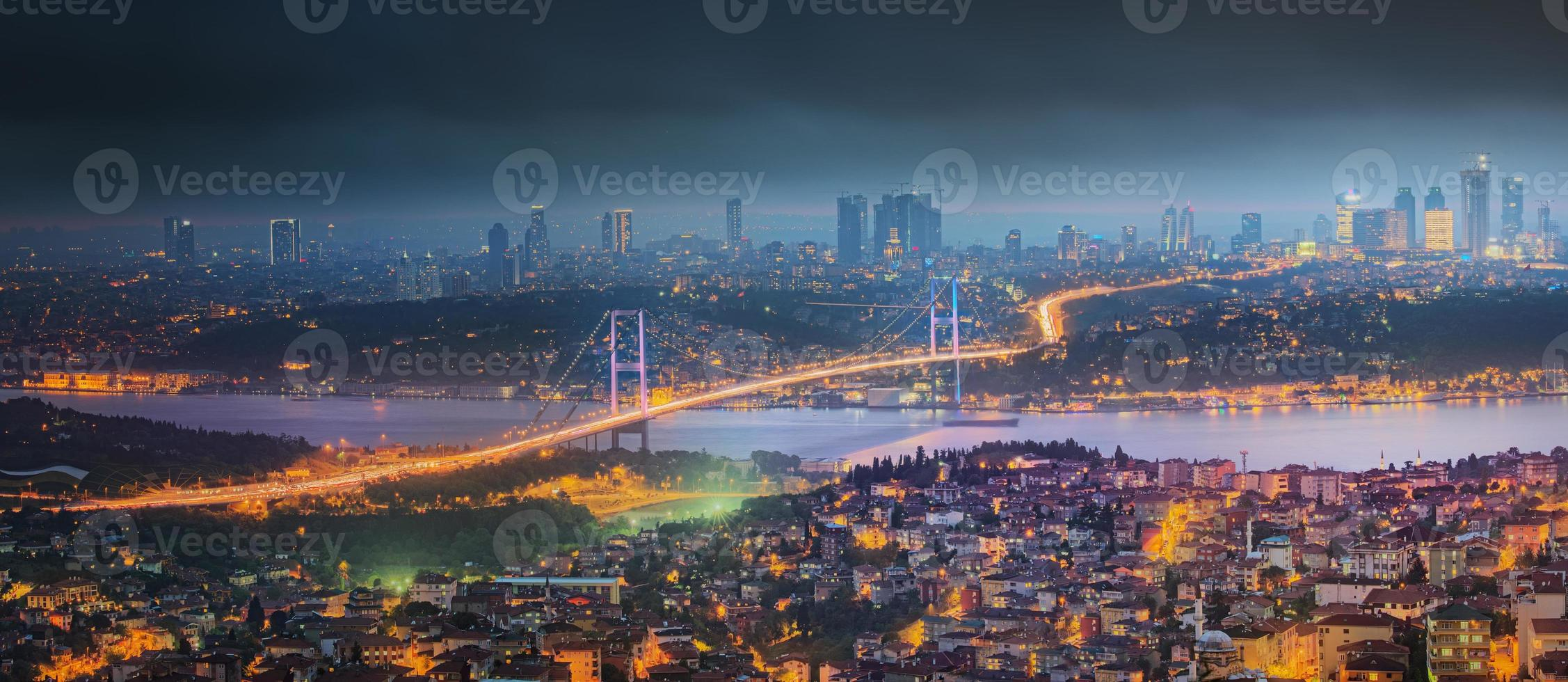 utsikt över bosphorus bridge på natten istanbul foto