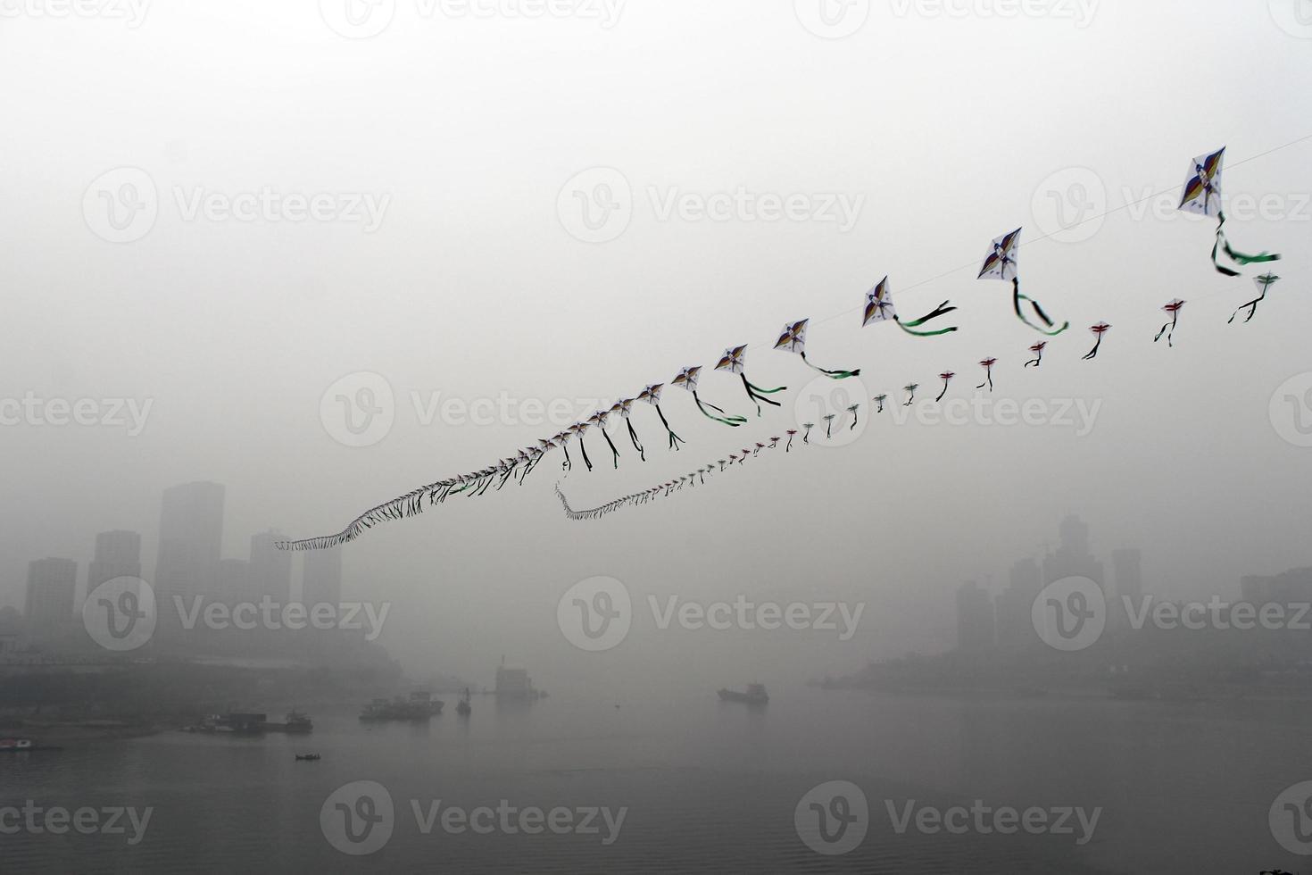 drakar i dimman foto
