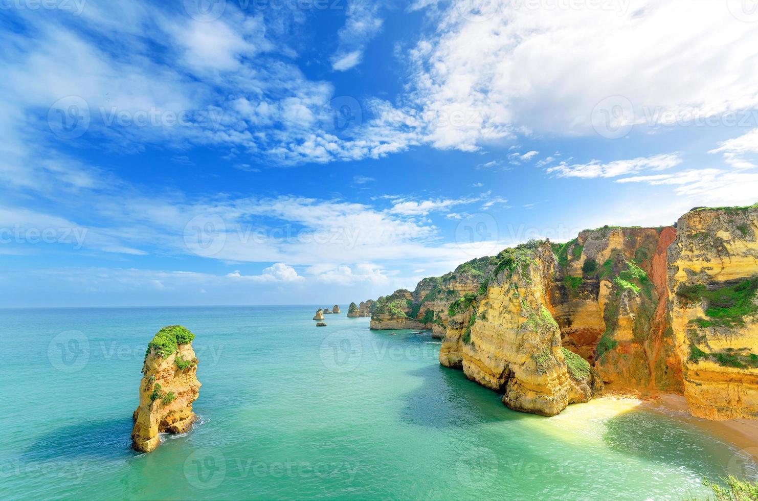 idylliskt strandlandskap vid lagos, algarve, (portugal) foto
