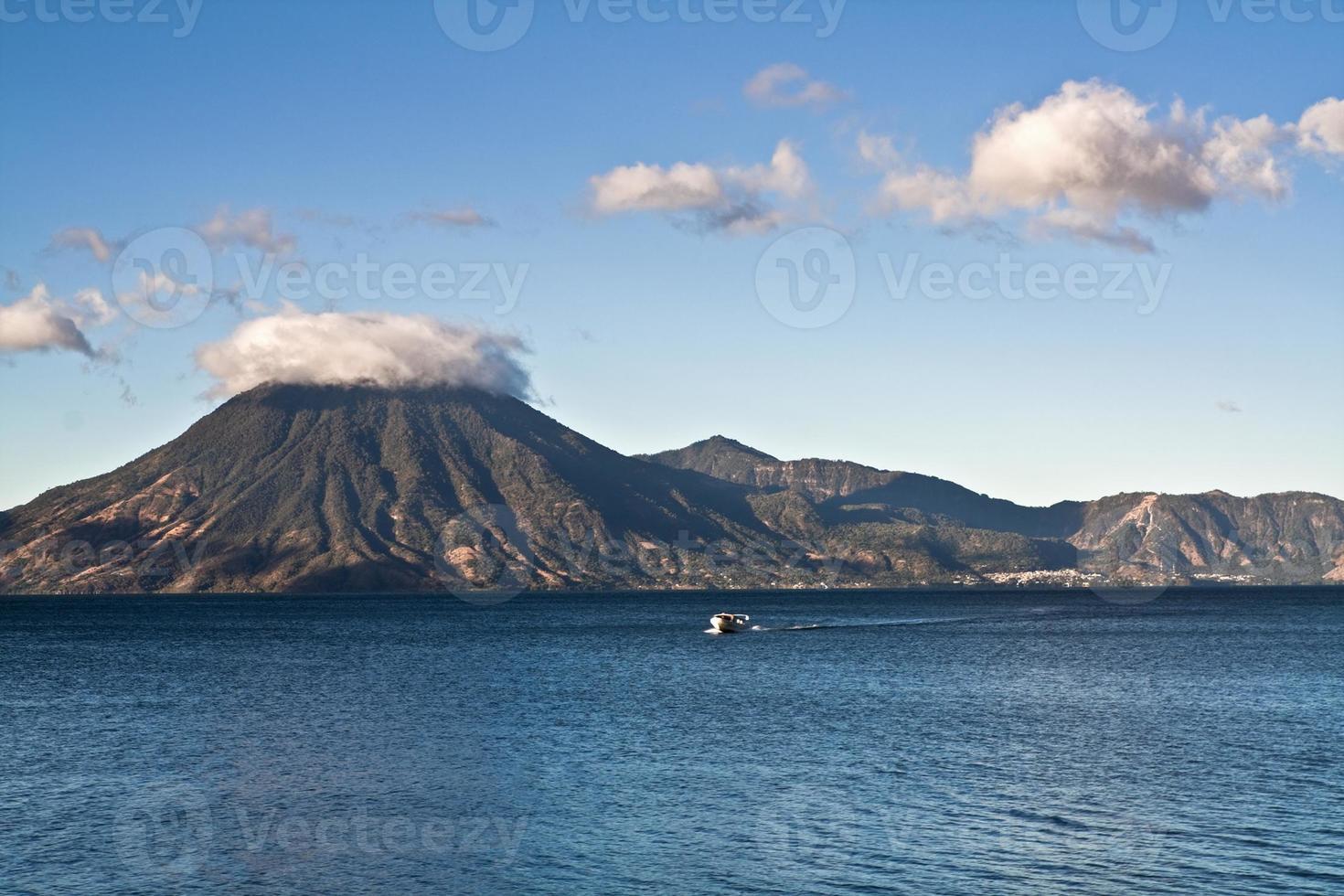 lago attilan i panajachel, guatemala foto