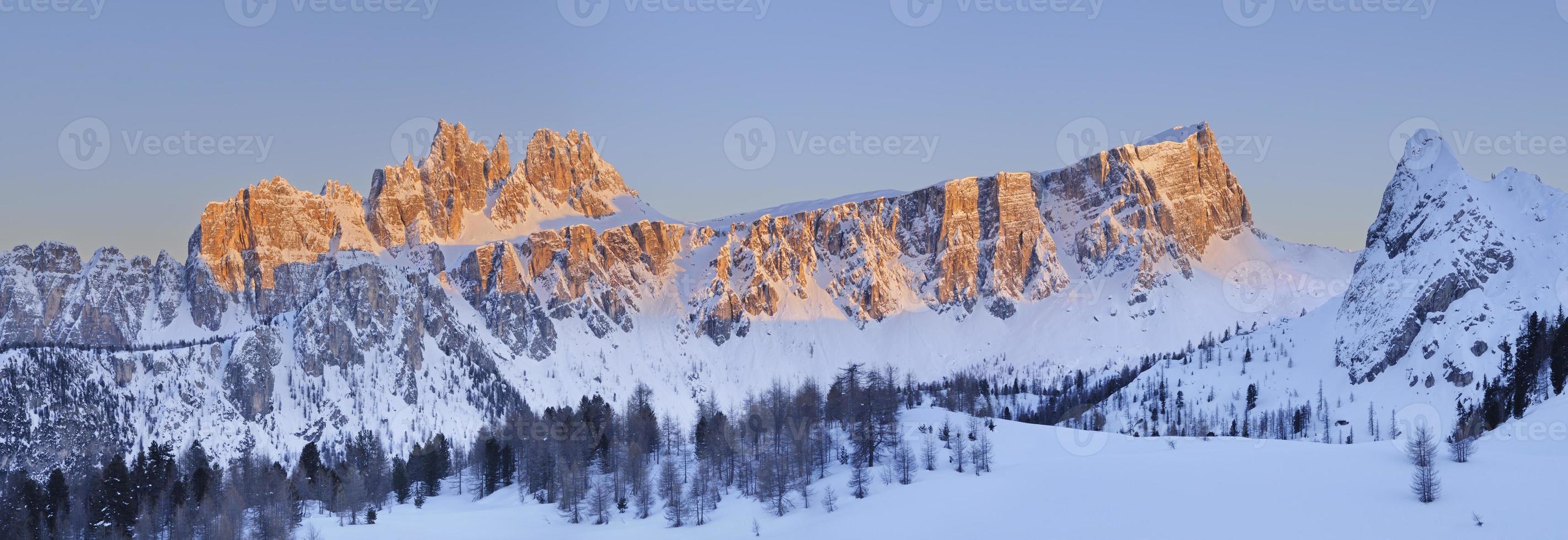 croda da lago vid solnedgången (Dolomiterna - Italien) foto