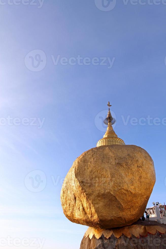 gyllene sten - kyaiktiyo pagod, myanmar. foto