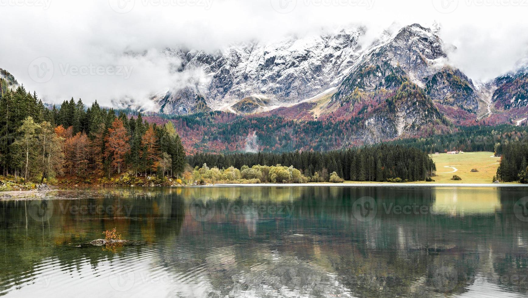 lago di fusine mangart sjö på hösten eller vintern foto
