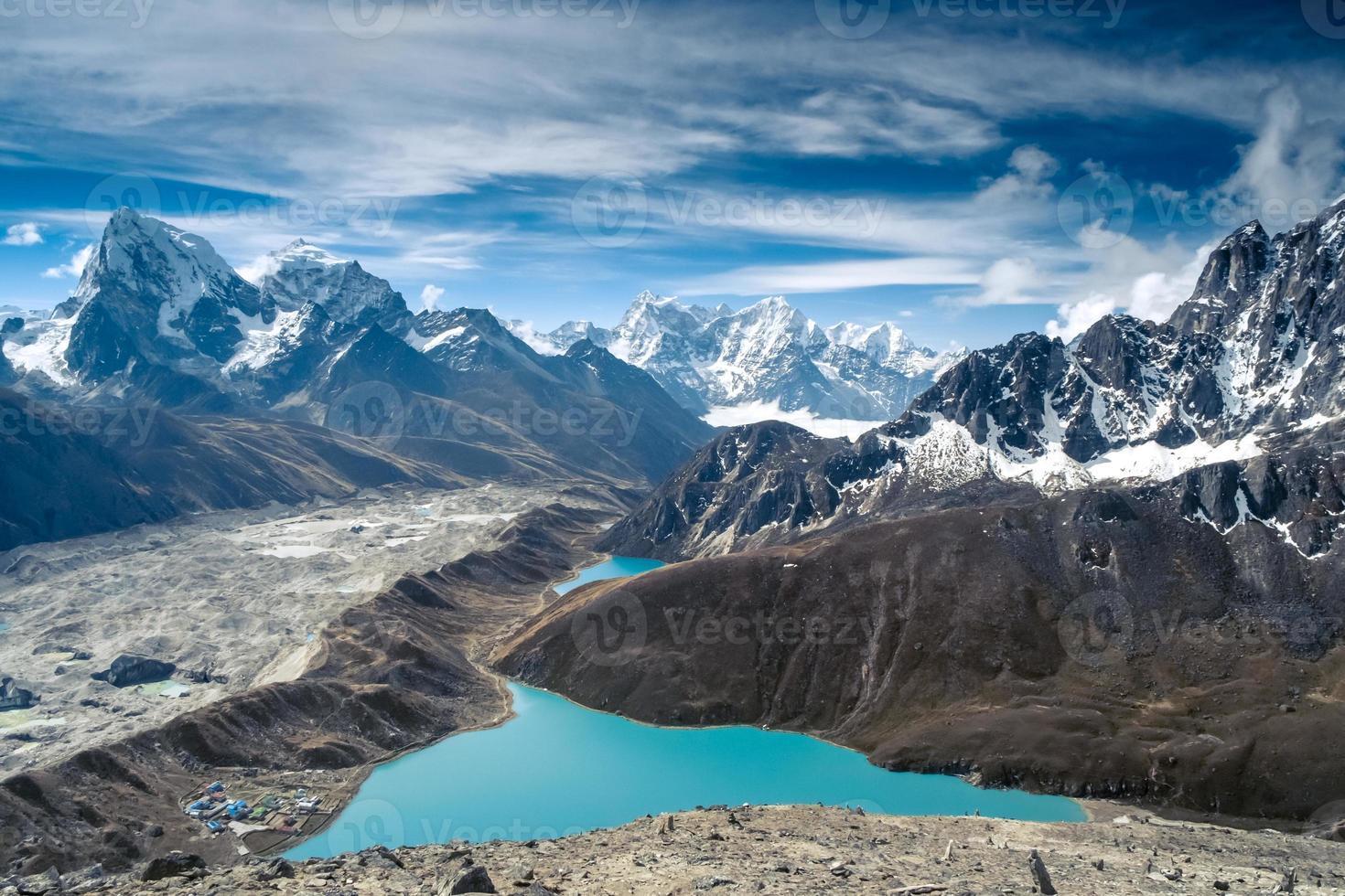 vackra snöklädda berg med sjön foto