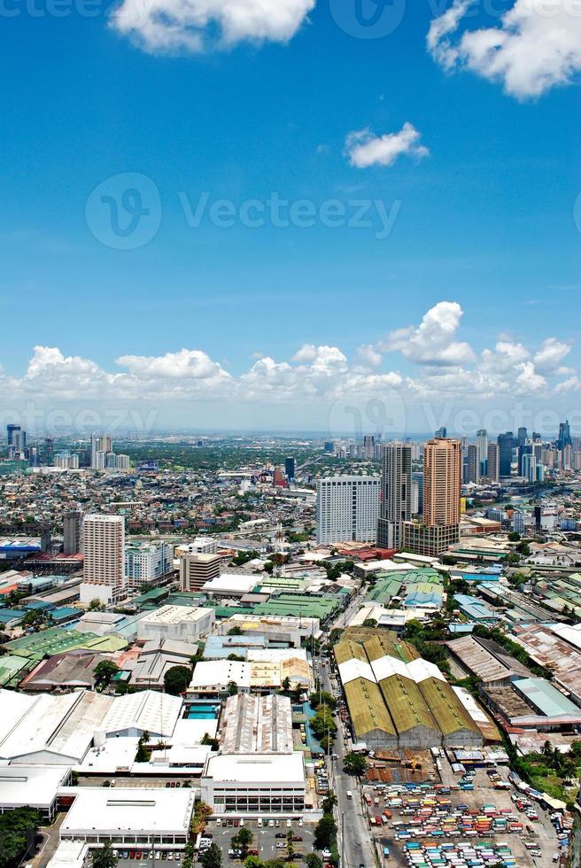 soligt flygfoto över staden foto