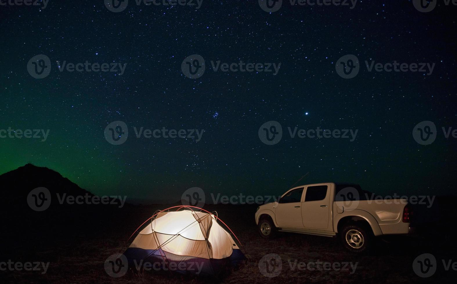 lastbil parkerad vid campingplatsen foto