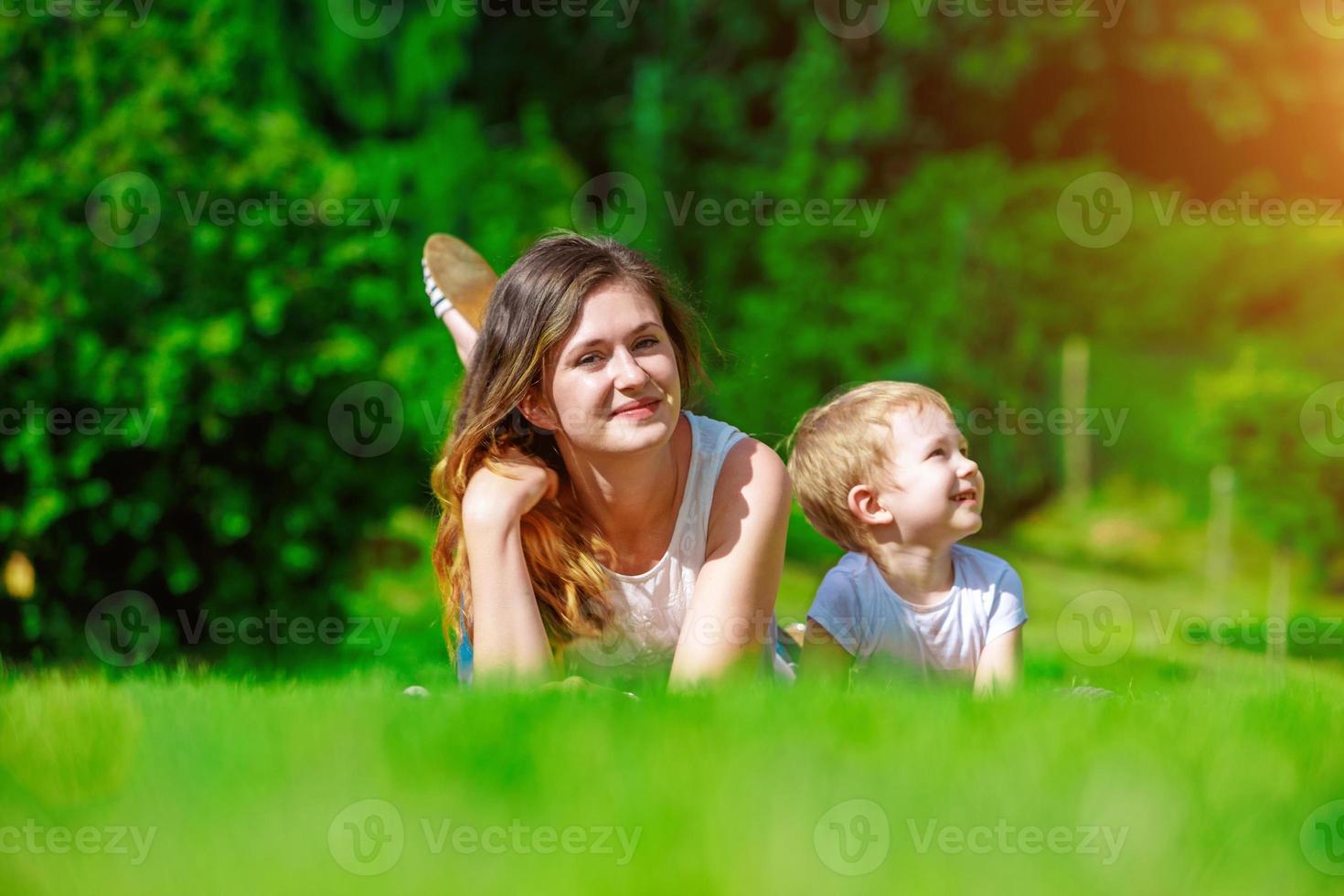 familj - njuter av livet tillsammans foto