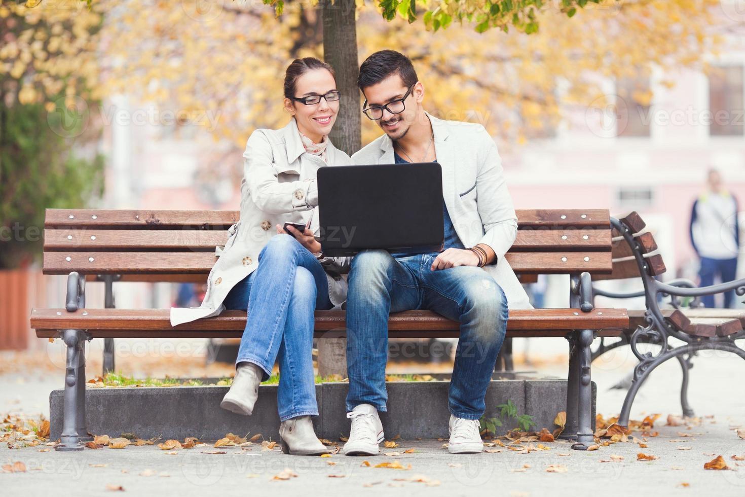 arbetar tillsammans utomhus foto