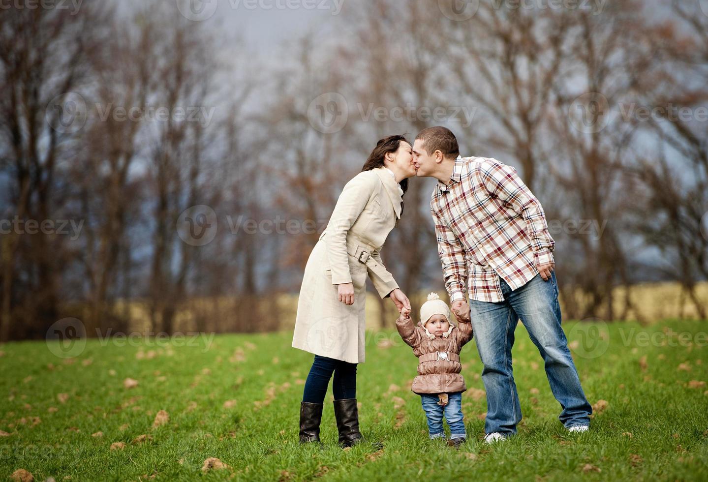 familjen kopplar av tillsammans i höstens natur foto