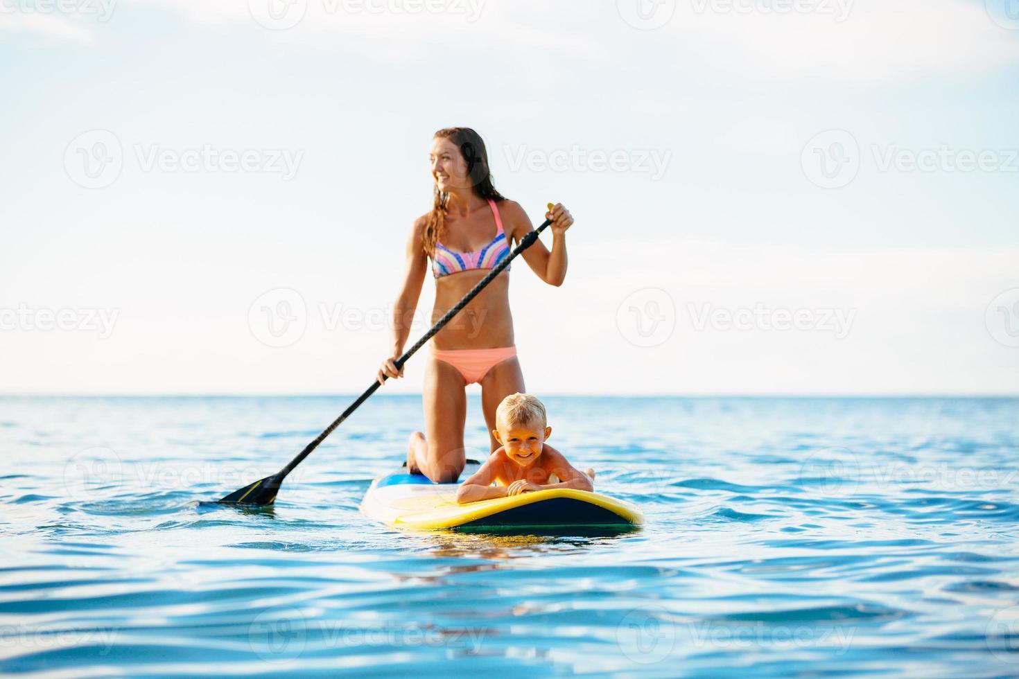 mamma och son står upp och paddlar tillsammans foto