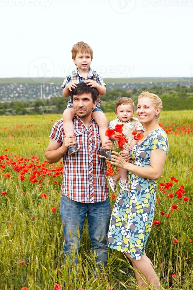 ung lycklig familj på fyra som har kul tillsammans utomhus. foto