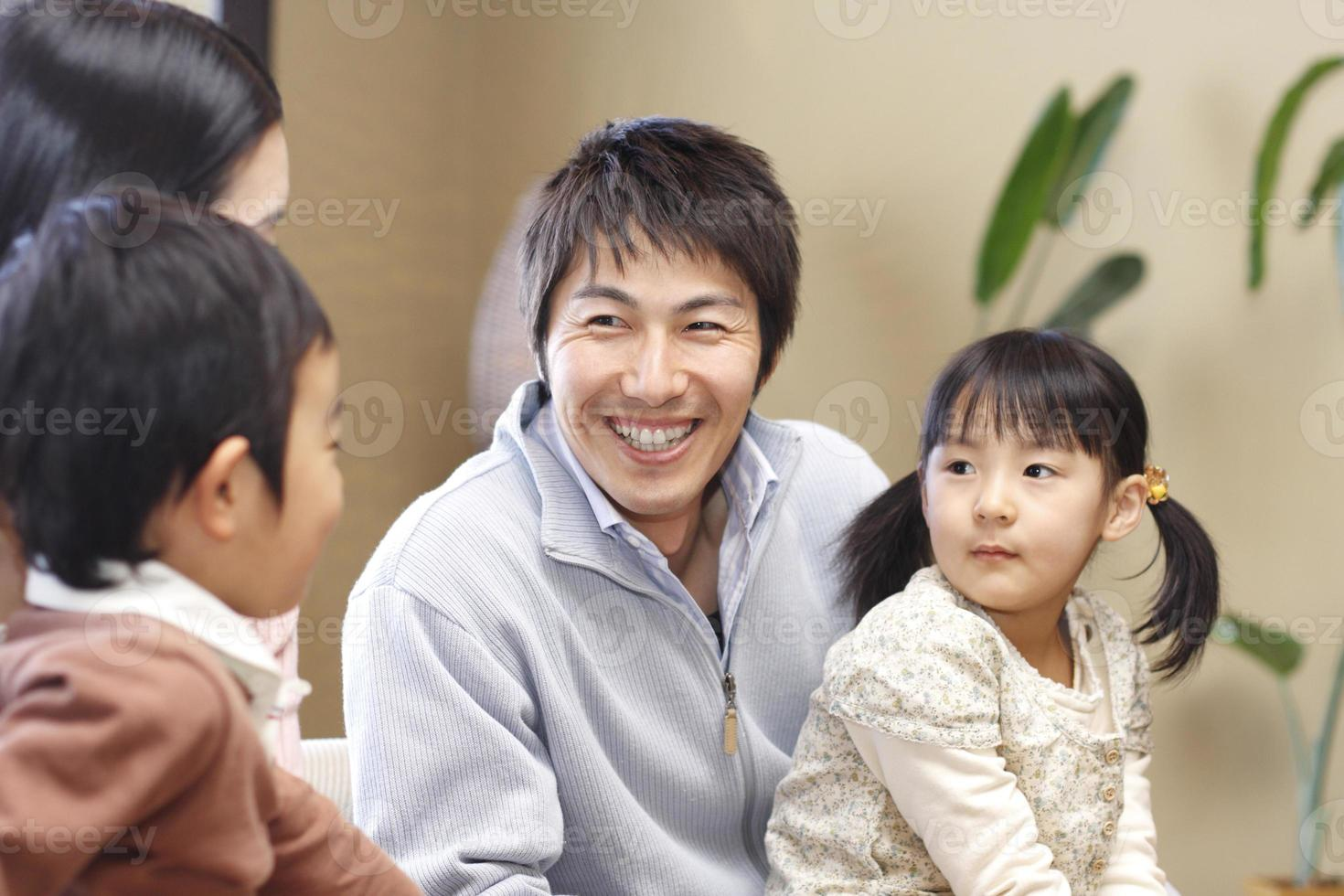 leende familj foto