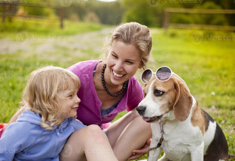 familj med hund foto