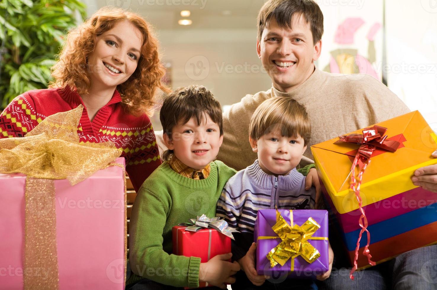 familj med presenter foto