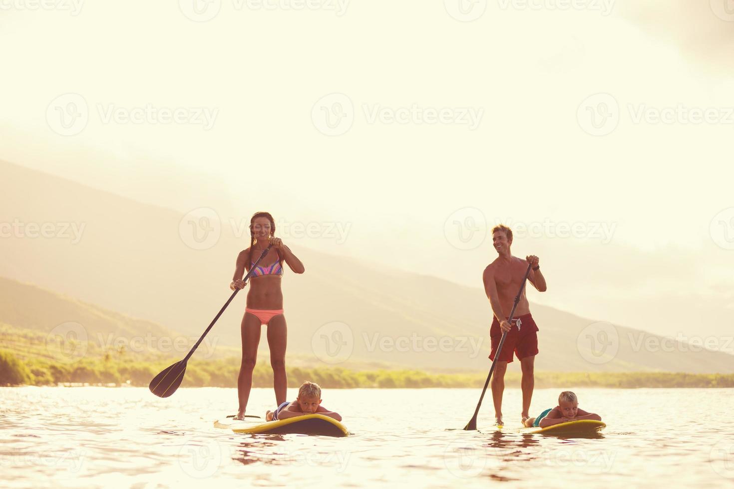 familj stå upp paddla foto