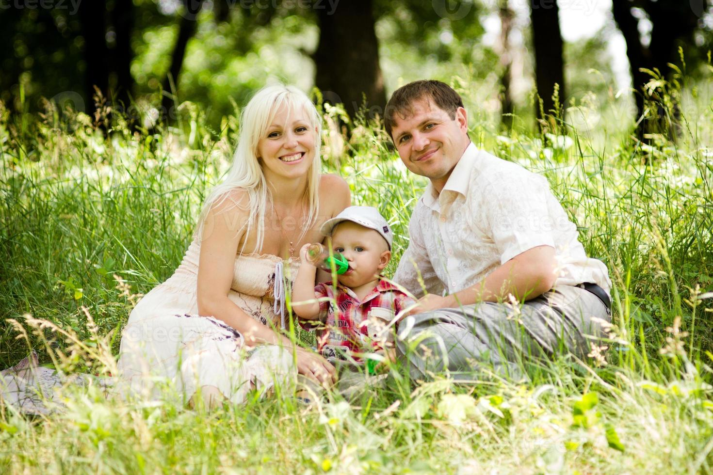 lycklig familj i park foto