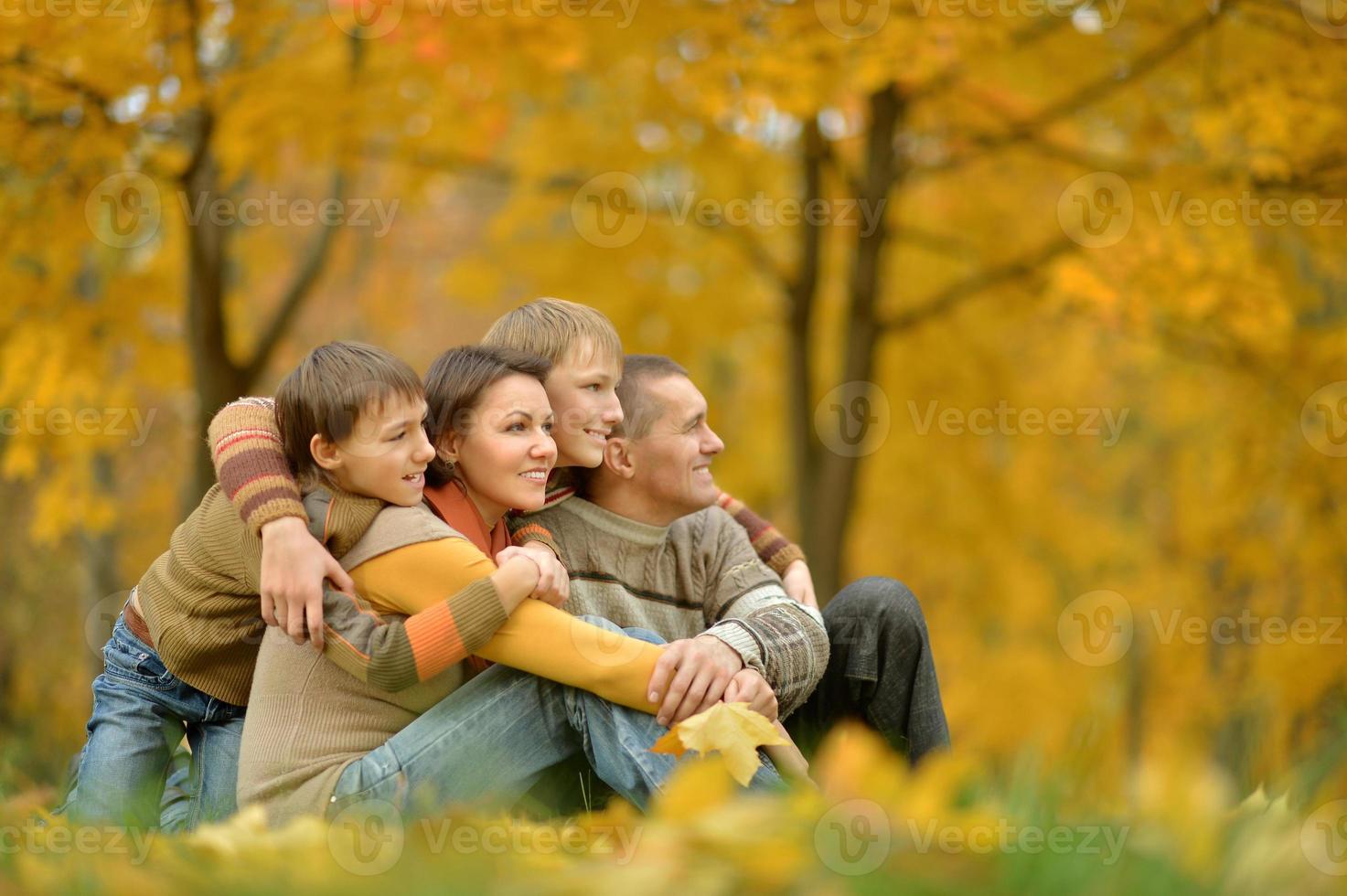 porträtt av familjen kopplar av foto