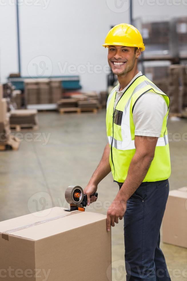 arbetare som förbereder varor för utsändning foto