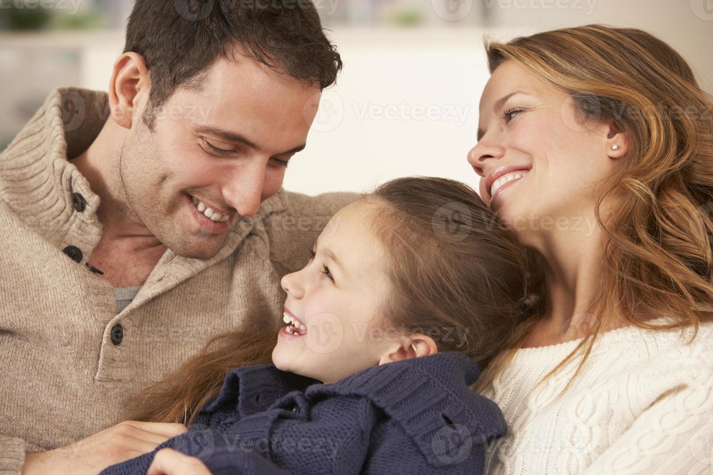 porträttföräldrar och dotter hemma foto