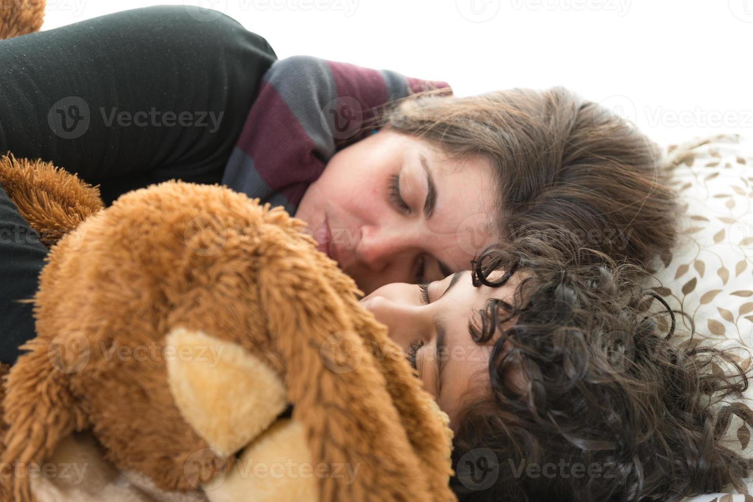 familjeliv. enkel mamma som sover med sonen foto