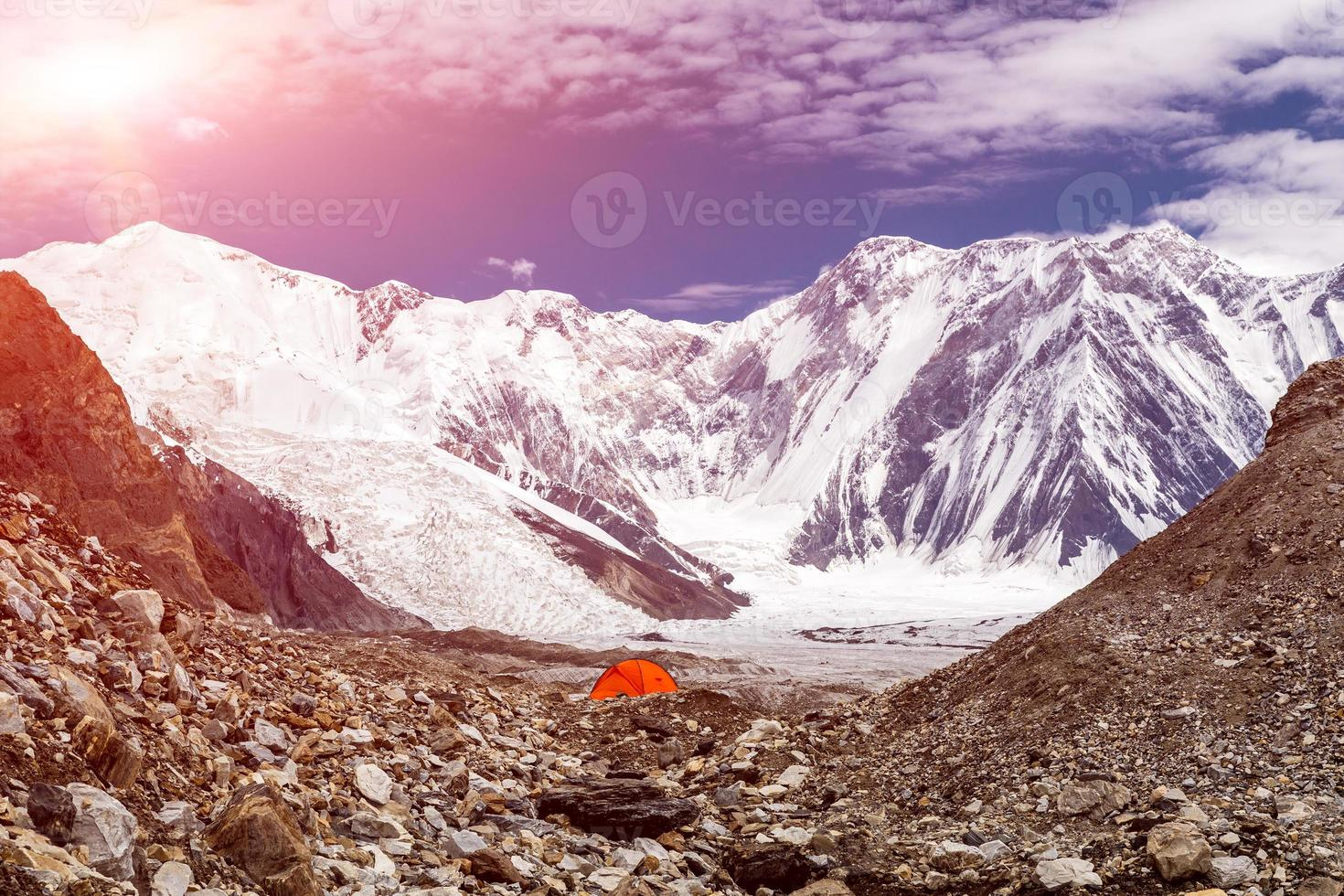 rött tält i hög höjd bergsterräng foto
