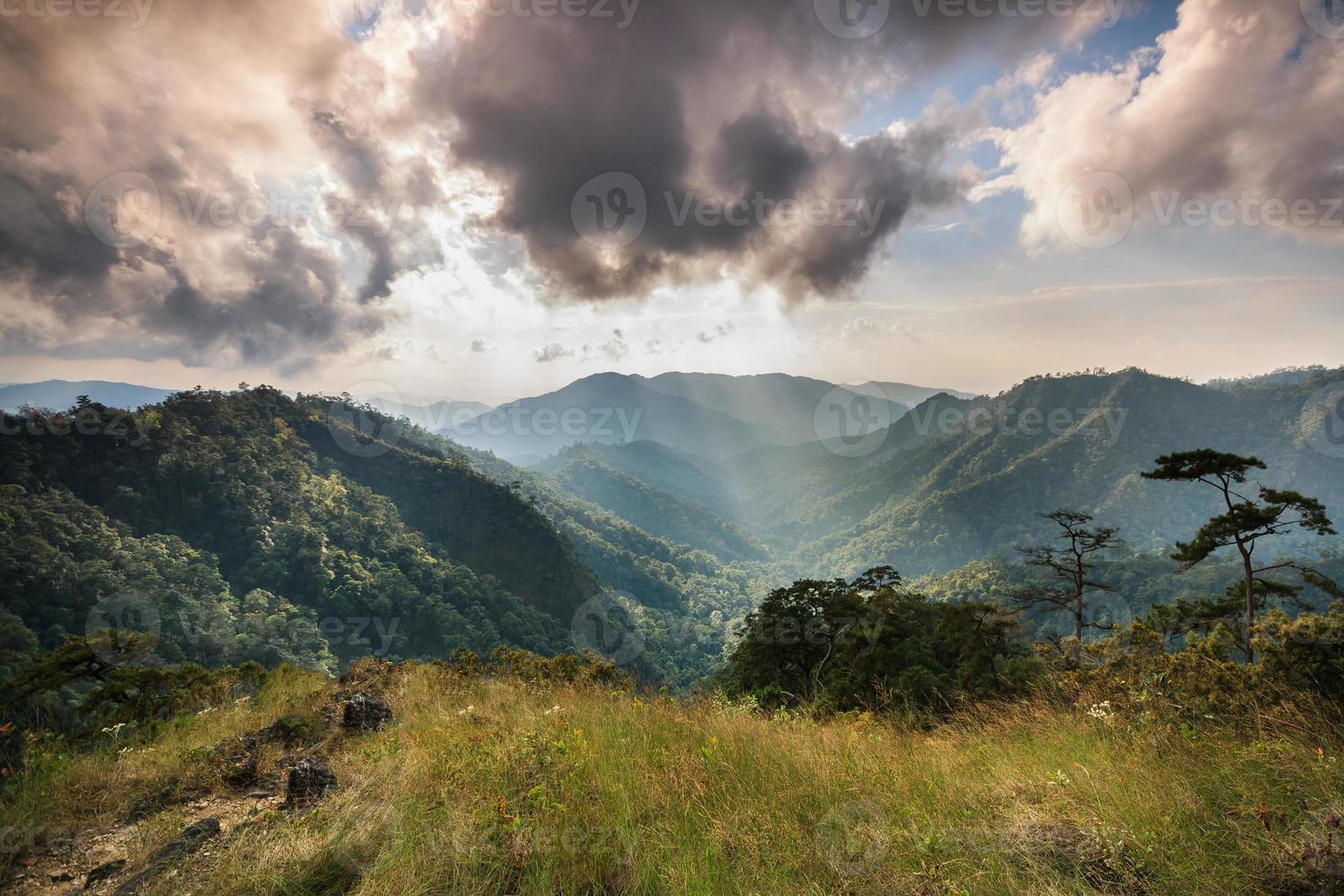 ljusstråle på bergstoppen foto