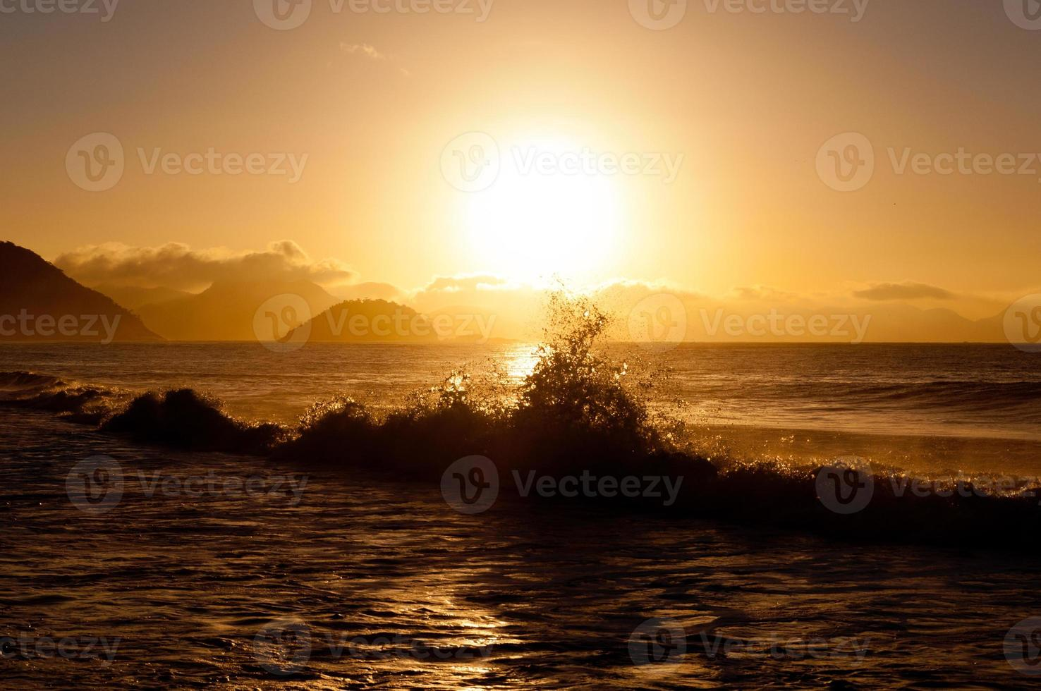 soluppgång på copacabana stranden foto