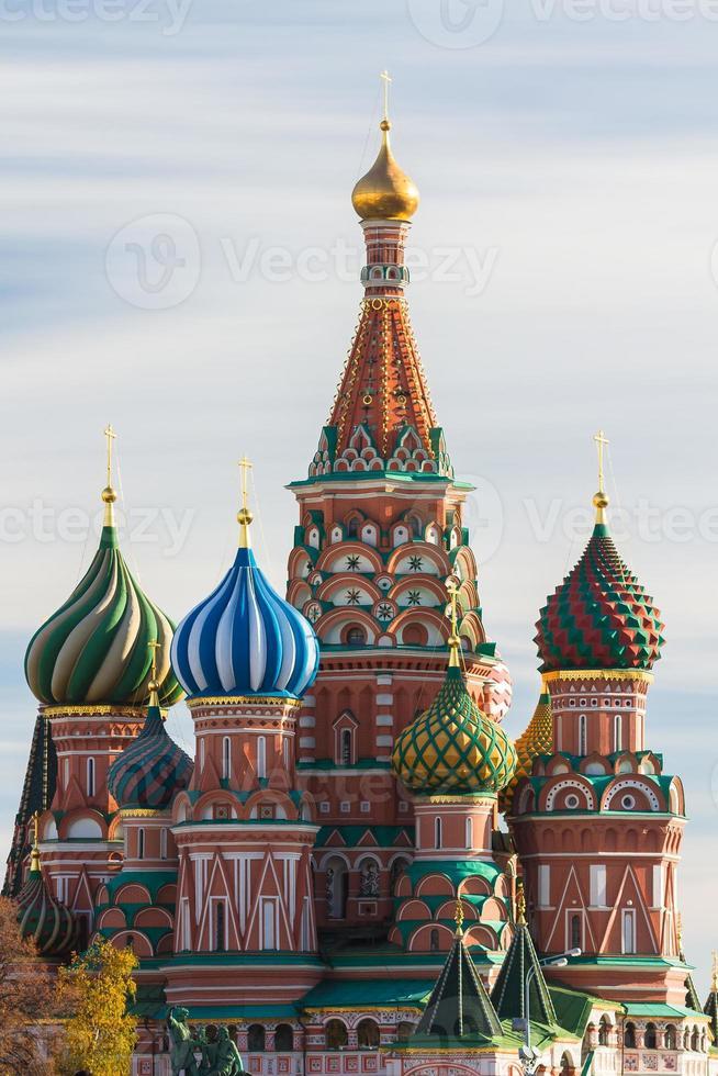 st. basilika domkyrka i Moskva på en solig dag foto