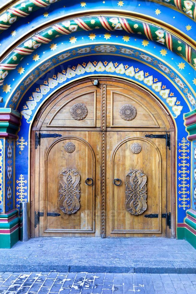 Moskva, Ryssland. dörröppning i forntida rysk stil foto