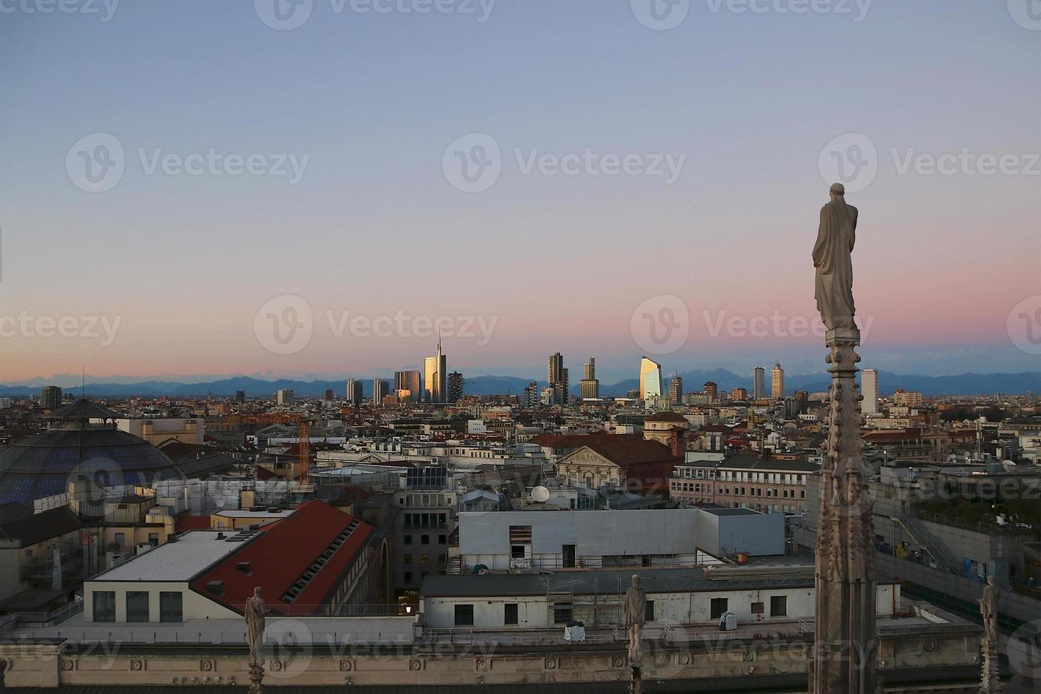 utsikt över milan från duomo på kvällen. v.2. foto