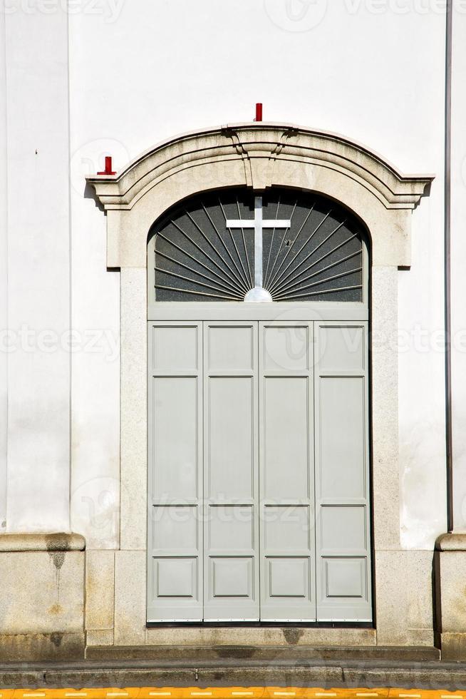 italienske lombardi i den gamla milano gamla kyrkadörren paveme foto