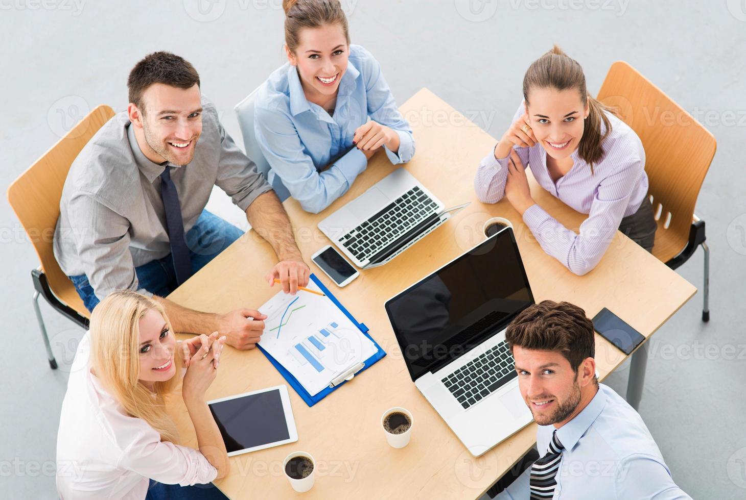 affärsmän som möter vid bordet foto