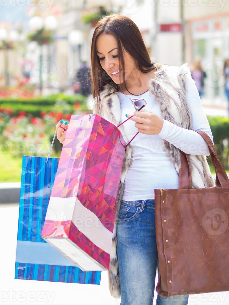 ung kvinna efter shopping foto