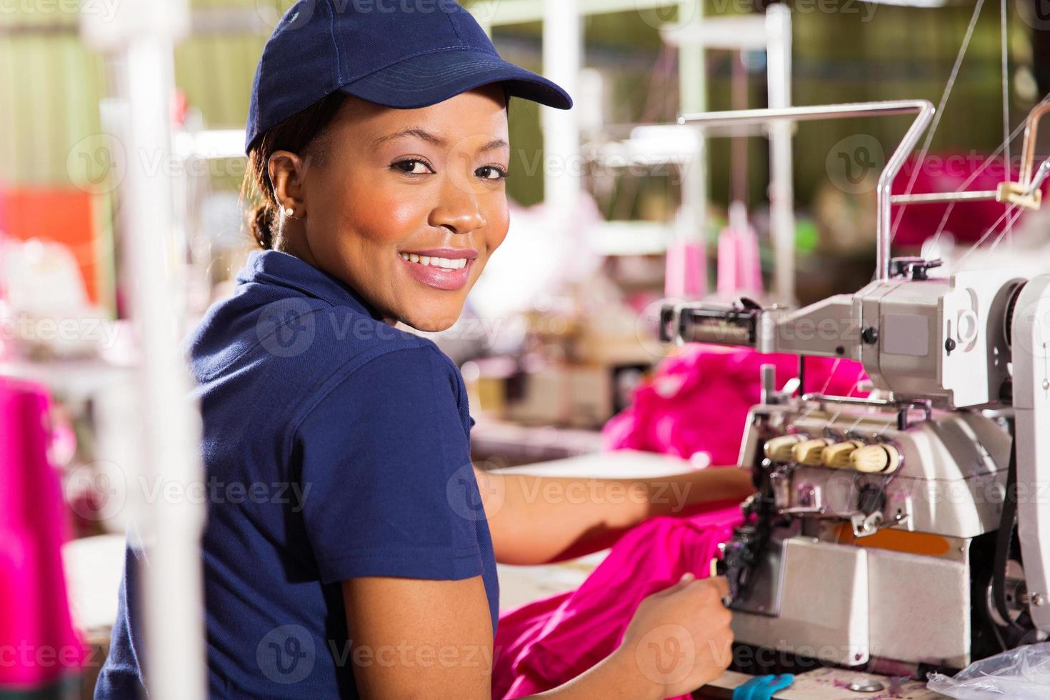 kvinnlig afrikansk klädfabriksarbetare foto
