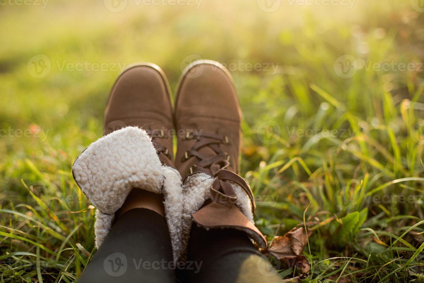 kvinnliga fötter i stövlar foto
