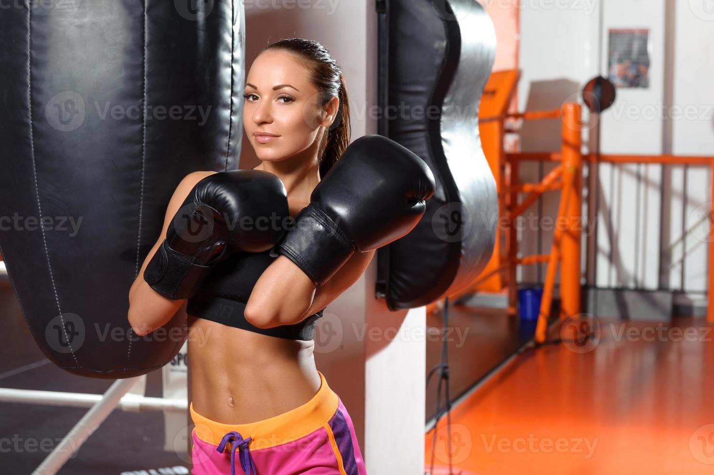kvinnlig boxare med stansväska foto