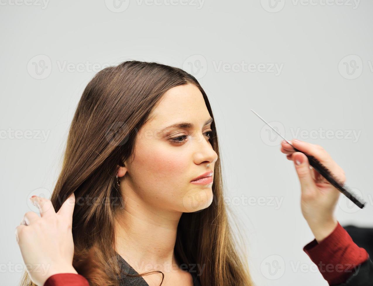 ung attraktiv kvinnlig modell poserar foto