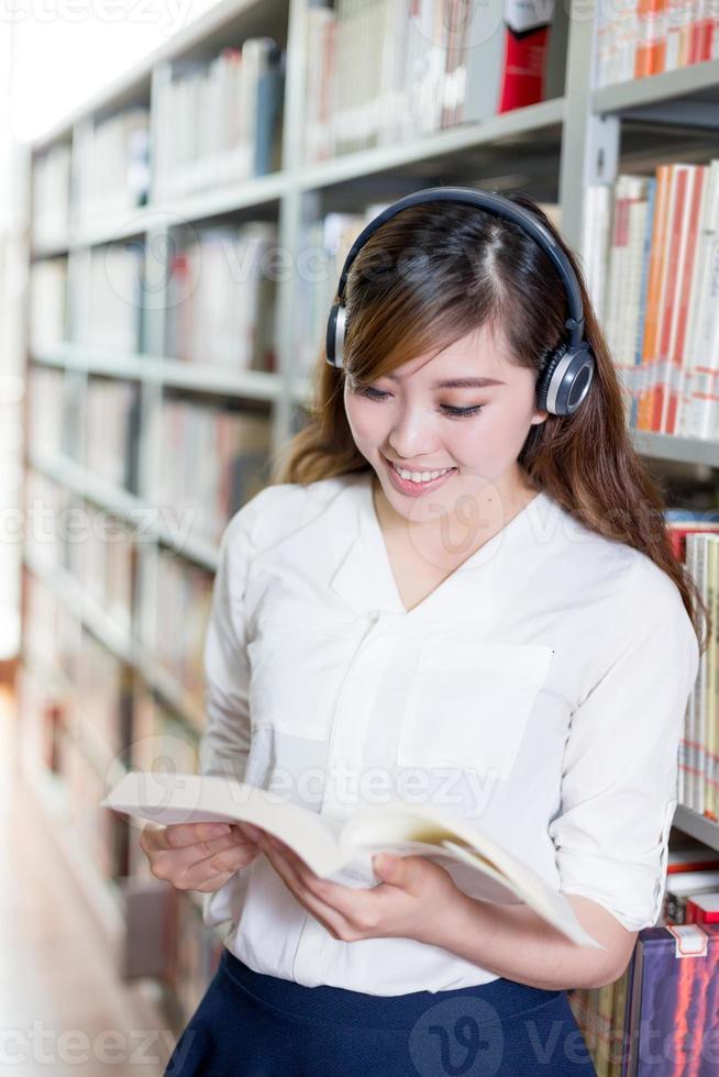 asiatiska vackra kvinnliga studentporträtt i biblioteket foto