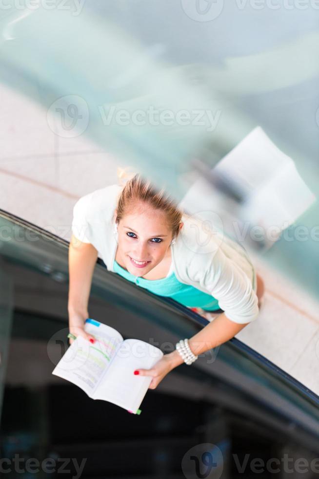 kvinnlig student på campus foto